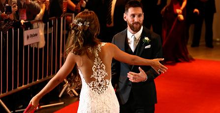 Messi và Antonella đớp lệch khi hôn trong đám cưới