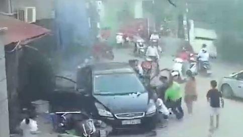 Ô tô húc thẳng, san bằng quán nước khiến 3 người bị thương