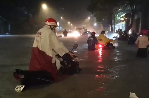 Ảnh hưởng bão số 9, Sài Gòn ngập sâu trong biển nước
