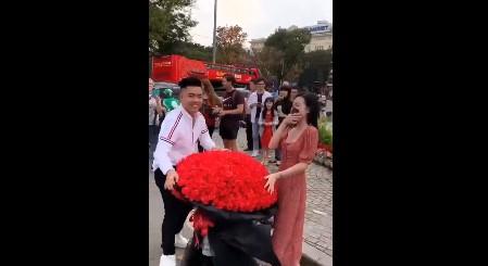 Bản sao Lê Âu Ngân Anh được cầu hôn bó hoa khổng lồ ngày Valentine