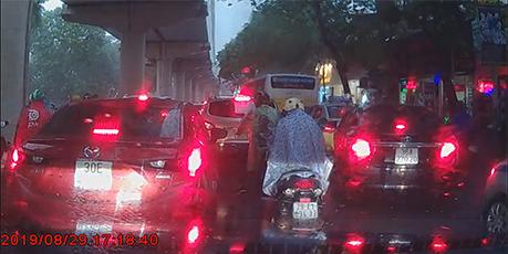 Siêu bão khiến cây gẫy cành đổ vào xe ô tô tại đường Xuân Thuỷ - Hà Nội
