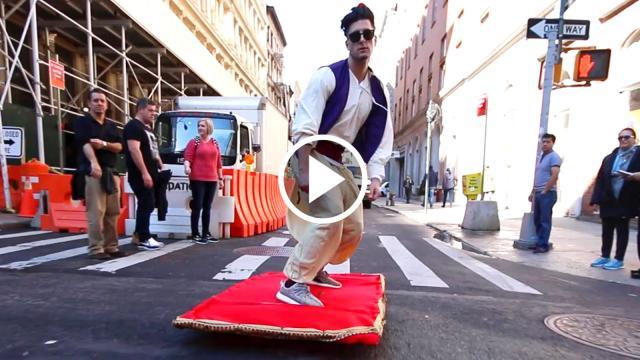 Xuất hiện Aladdin điển trai lướt thảm trên phố khiến mọi người kinh ngạc