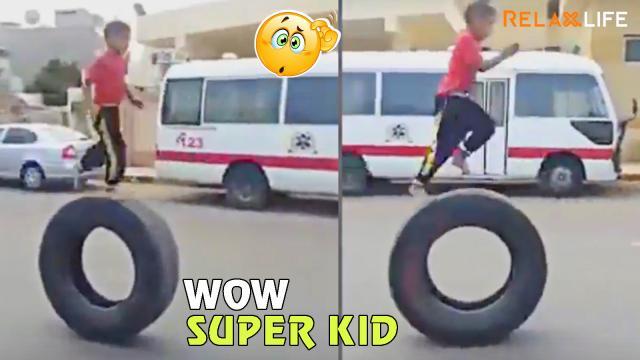 Cậu bé có khả năng chạy lùi trên bánh ô tô
